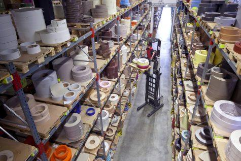Kantenbanden zijn het belangrijkste product van Rudolf Ostermann. In het 14.000 m2 grote logistieke centrum in Bocholt worden deze in de meest uiteenlopende formaten, kleuren en designs opgeslagen.