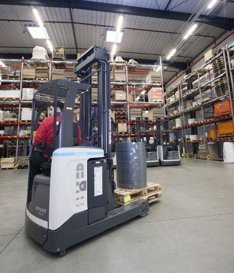 Acht Tergo-reachtrucks bevoorraden, vanuit het hoogbouwmagazijn, het orderverzamelmagazijn naar behoefte.