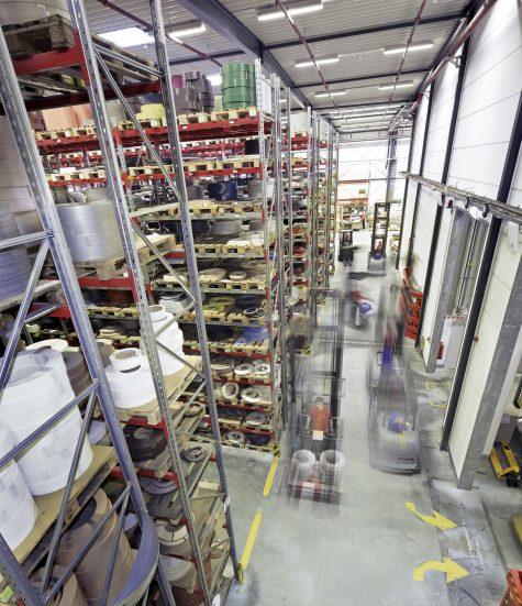 Tussen 14:00 en 16:00 uur wordt het grootste deel van de bestellingen verwerkt, spitsuur in het logistieke centrum in Bocholt.
