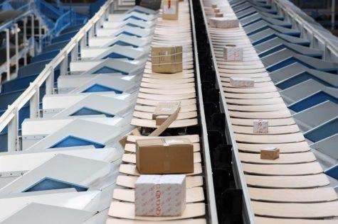 De Beumer E-Tray sorteermachine wordt wereldwijd gebruikt in post- en distributiecentra.