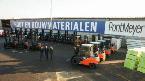 Begin dit jaar leverde Toyota Material Handling Nederland 18 nieuwe trucks af bij PontMeyer in Zaandam. De vloot bestaat uit 15 nieuwe Toyota Tonero 8FG45N 4,5 ton lpg-trucks en 3 Toyota Traigo 80 8FBMT40 4 tons elektrische heftrucks.